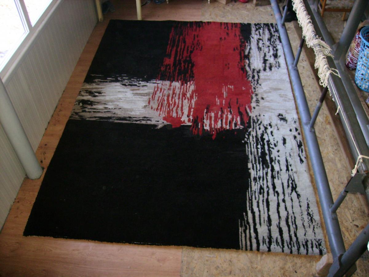 covor negru roșu alb
